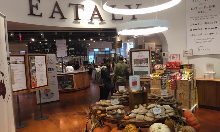 L'ingresso di Eataly Downtown a New York. Il gruppo apriràil mese prossimo anche a Boston.Nel 2017 a Los Angeles enel 2018 a Las Vegas
