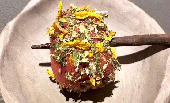 Pomodorino, scalogno, camomilla, grue, rapa rossa, olio di alloro