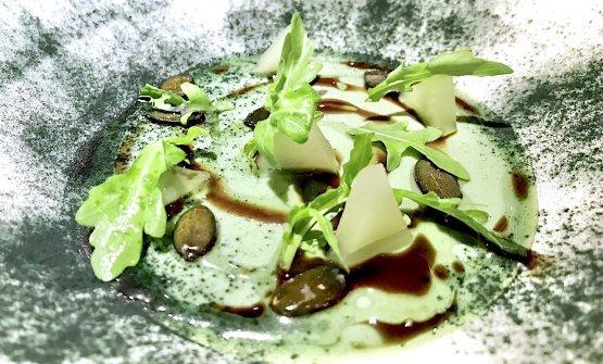 Un dessert a fuoco, estremamente contemporaneo, è questa Panna cotta di alga spirulina, semi di zucca, cetrioli, caramello di capperi. Solo complimenti
