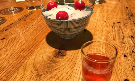 Uno degli antipasti presentati da Tassa durante la cena a quattro mani con Viviana Varese:American's cocktail. Le sfere sono di rapa rossa e Campari, nel bicchiere estrazioni di pomodoro e fragola