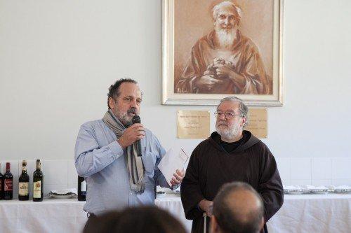 Paolo Marchi, ideatore di Identità Golose, e Padre Maurizio Annoni, presidente di Opera San Francesco. Da sette anni a questa parte si ritrovano insieme in una domenica di ottobre per un grande pranzo di beneficienza, per raccogliere fondi per le attività di OSF
