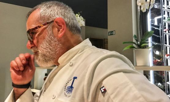 Salvatore Tassa ritratto nella sala del ristorante
