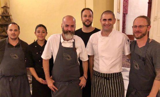 Lo staff che ha cucinato giovedì scorso alPalazzo Verdala di Malta. Era un'anteprima del ristorante Esenzi diMark Weingard, contenuto nel resort Iniala, apertura prevista gennaio 2019. Tim Butler(terzo da sinistra) è chef americano del ristoranteEat Me a Bangkok, 33mo nella 50Best Asia, e dell'Iniala hotel di Phuket, ancora in Tailandia
