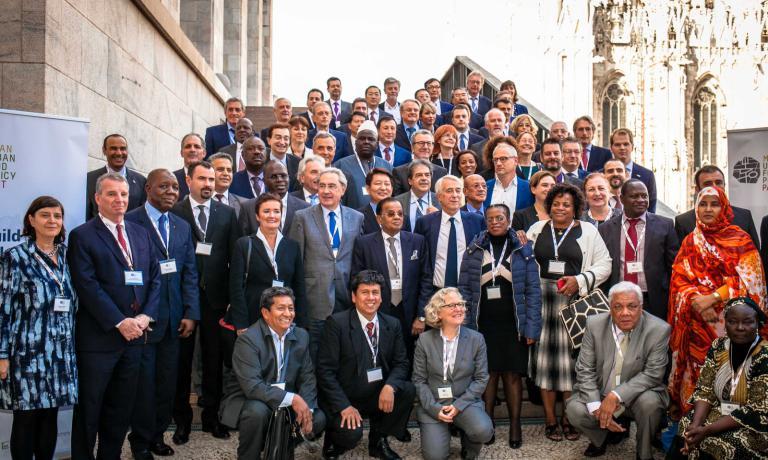 La foto di gruppo scattata mercoledì 14 ottobre scorso fuori da Palazzo Reale a Milano, dopo la firma del Milan Urban Food Policy Pact, documento con cui più di 100 sindaci di città del mondo si sono impegnati adassicurare un sistema agroalimentare giusto, sostenibile e accessibile a tutti