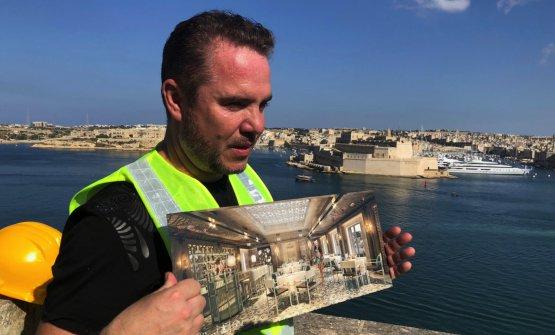 Il patronMark Weingardcoi rendering del progetto, ancora un cantiere. Alle spalle,il forte di Sant'Angelo