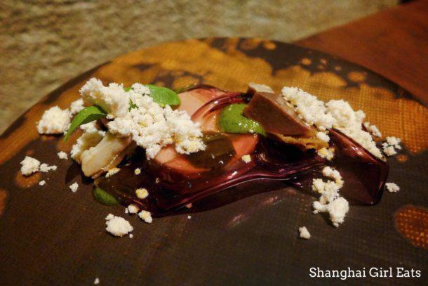 La cucina di Bo Shanghai attinge alle 8 principali tradizioni della cucinacinese. Nella foto di Shanghai Girl Eats, Foie gras de canard, pepe, lavanda, anatra confit e lingua d'oca sottaceto