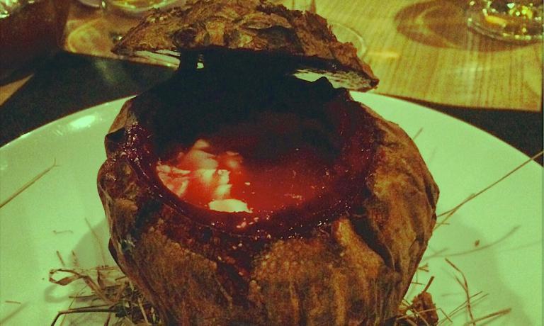 Il Borsch di Yuri Priemski del ristorante Odessa, al 114 dell'arteria Krasnoarmeyskaya di Kiev, una versione alleggerita e scenografica (� servito nella stessa barbabietola, scavata all'interno) del grande simbolo della cucina ucraina (e non russa). � stato l'epilogo di una 3 giorni intensa di Fontegro, primo congresso di cucina creativa dell'Est Europa (foto Federico Cicogna)