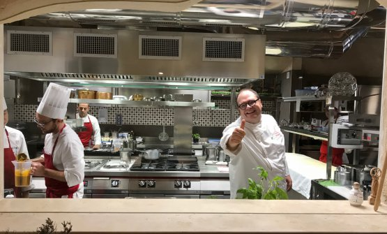 Vitantonio Lombardo ci sorride dalla cucina del suo nuovo ristorante a Matera