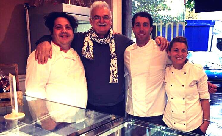 Simone Porcelli (secondo da destra) con icolleghi Gianluca Fusto e Gino Fabbri. A destra, Giorgia Proia, titolare di Casa Manfredi conDaniele Antonelli e Donatella Scapin