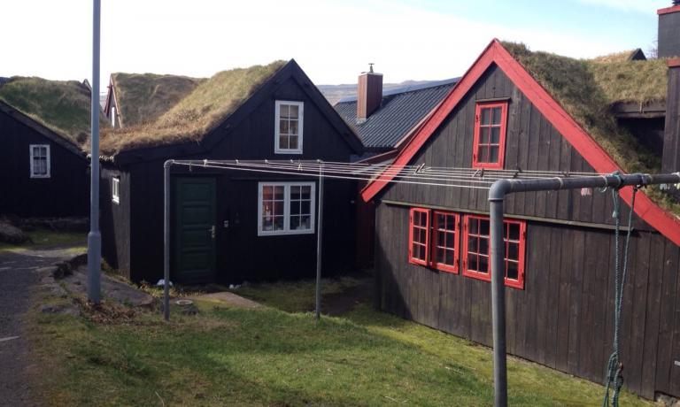 MINISTERI CON STENDITOIO. Due costruzioni, sedi di altrettanti ministeri, a Reyni, la cittadella antica diTórshavn, capitale delle Faroe