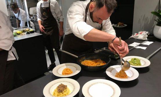Alessandro Rinaldi, resident chef di Identità Milano, impiatta laPasta Shake Monograno Felicetti nelle tre versioni Milano, Napoli e Genova