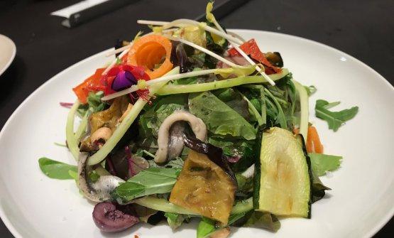 """L'appetitosaInsalata """"maritata"""": misticanza di insalate novelle, mozzarella di bufala Dop, olive nere Passoloni, verdure grigliate, acciughe liguri e pomodori secchi"""