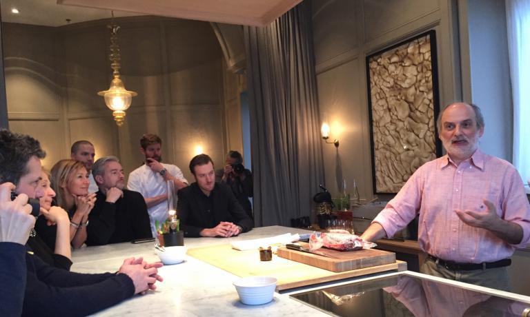Corrado Assenzaimpegnato in una lezione sulle proprietà del miele al ristorante Matsalen di Stoccolma. E' uno dei tanti eventi che hanno visto il pasticciere del Caffè Sicilia di Noto (Siracusa) impegnato nella capitale svedese per la Settimana della cucina italiana, in un tour di successo concepito da JohannaEkmark di Caffè Italia