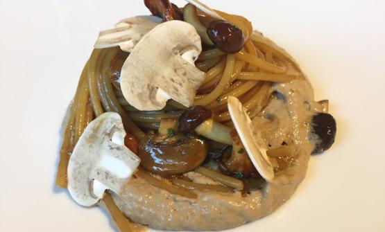 NON SOLO CACCIA. Lo Spaghetto al cappuccino di funghi di Taglienti, blockbuster di Lume. E' un piattomolto gustoso perché la pasta è rifinita neljus di vitello, soia, olio aromatizzato e confit di limone. Il cuoco è savonese: il pesce recita sempre un ruolo importantenella carta del ristorante