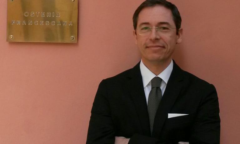 Denis Bretta, 43 anni, exRistoranteFinia Modena, è direttore e responsabile del servizio della OsteriaFrancescanadall'aprile del 2012. Nel ristorante di Modenanon esistono i commis o gli chef de rang perché Siamo tutti camerieri, ripete spesso la squadra di sala di Palmieri & co.