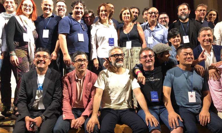 Una piccola parte dei cuochi sul palco del Collegio San Carlo di Modena, in chiusura dei lavori del Basque Culinary World Prize 2018, vinto dall'australiano di origini italiane Jock Zonfrillo