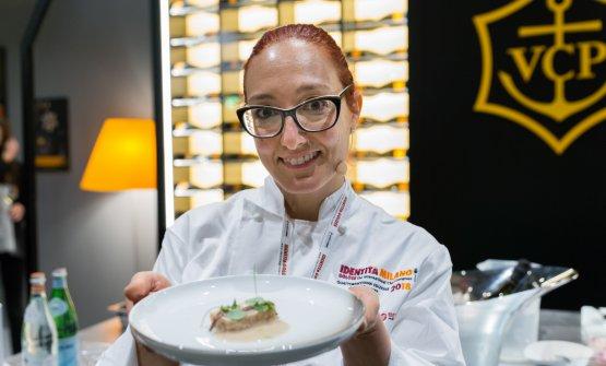 Aurora Mazzucchelli mostra con orgoglio il suo piattoRicordo d'infanzia interpretato da una Chef donna
