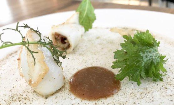 E di nuovo buonissimo il Calamaro ripieno alla brace, succo di uvetta e tamarindo, polveri medditerranee (capperi,origanoe yogurt)
