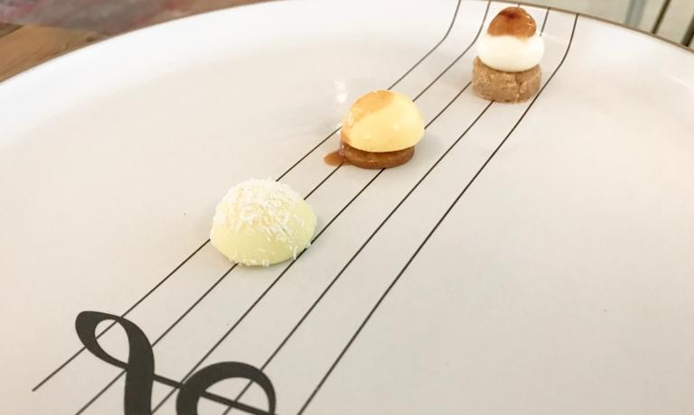 Dal basso: cioccolatino al cocco liquido, panna cotta allo squaquerone con sbrisolona e marmellata di fichi, mousse alla vaniglia e caramello salato