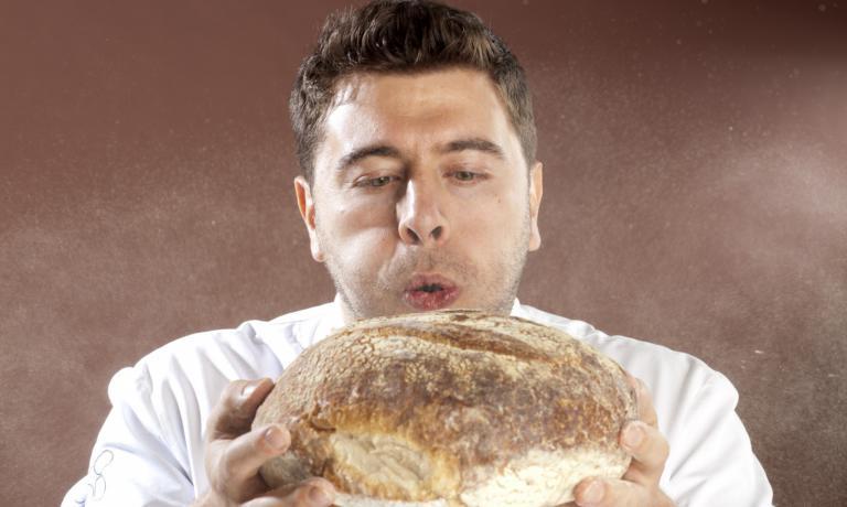 Scopriamo Riccardo Antoniolo di Ottocento Simply Food a Bassano del Grappa (Vicenza): è pizzaiolo, ma prima ancora (in ordine temporale, non d'importanza) chef e pasticcere. Sarà relatore al prossimo Identità Milano, come abbiamo raccontato qui. Un'anteprima sintetica del pezzo è uscitasuIdentità di Pizza, la newsletter cheIdentità Golosededicaal mondo dei lievitati. Per riceverla regolarmente (e gratuitamente)basta iscriversi qui