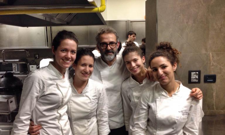 Nella cucina della Francescana, Massimo Bottura con quattro delle ragazze della sua brigata
