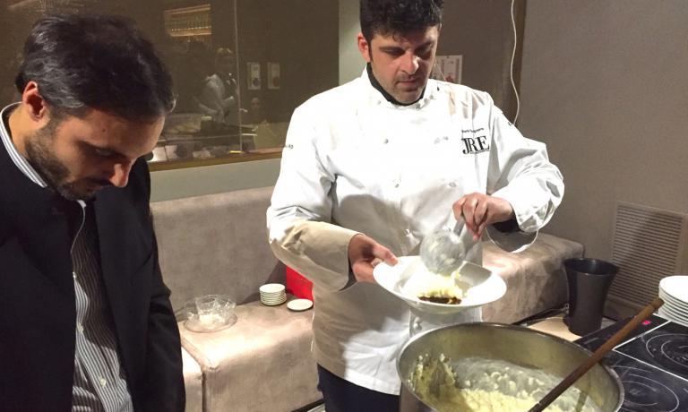Ilario Vinciguerra prepara il suo risotto con l'aiuto di Carlo Spinelli