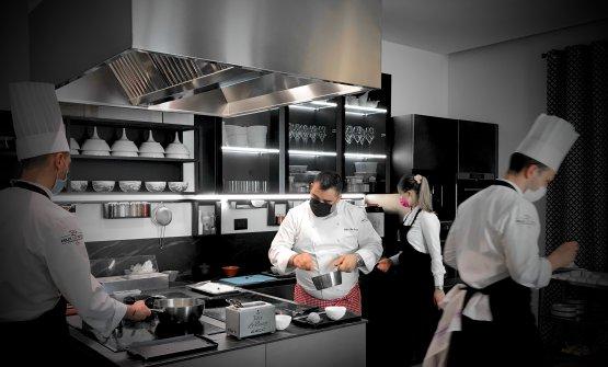 Felix Lo Basso, al centro, mentre lavora nella cuc