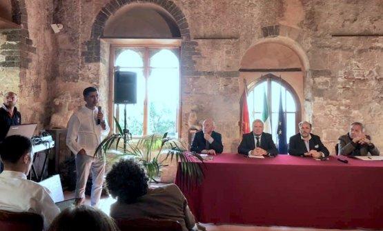 Il tavolo dei relatori. In piedi è Pietro D'Agostino, mentre seduti, da sinistra sono Fausto Arrighi, Guglielmo Troina, Pinuccio La RosaeFrancesco Aiello