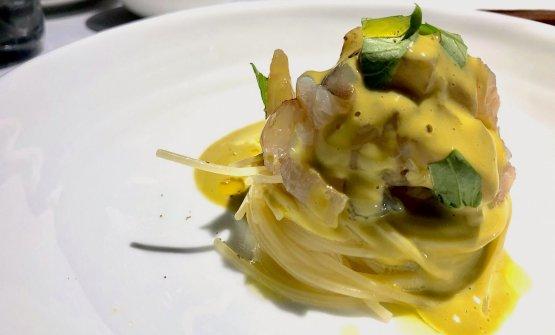 Spaghettino freddo con lucerna, mazzancolla, salsa di pistacchio di Bronte e acqua di capperi, in carta da 15 anni