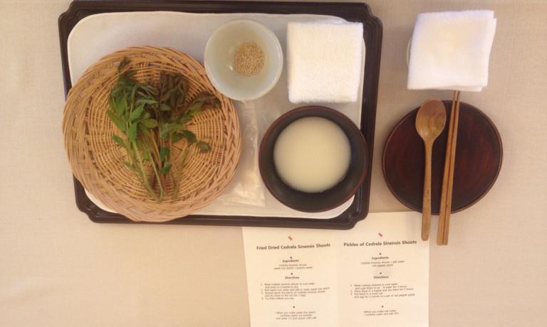 Una ricetta tra le più semplici del tempio:cedrela sinensis, semi di sesamo e amido di riso dolce. Completata la preparazione, le foglie saranno essiccate al sole per 3 giorni e poi fritte in oli vegetali