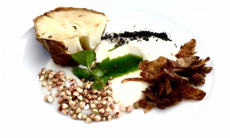 Il topinambur intre consistenze - crema, croccante e arrosto - racchiusi in uno dei nuovissimi piatti del menu del Piccolo Lago. Un prodotto che cresce lungo le rive del fiume Toce e arriva in cucina, a ispirare una ricetta legata a memorie d'infanzia diMarco Sacco
