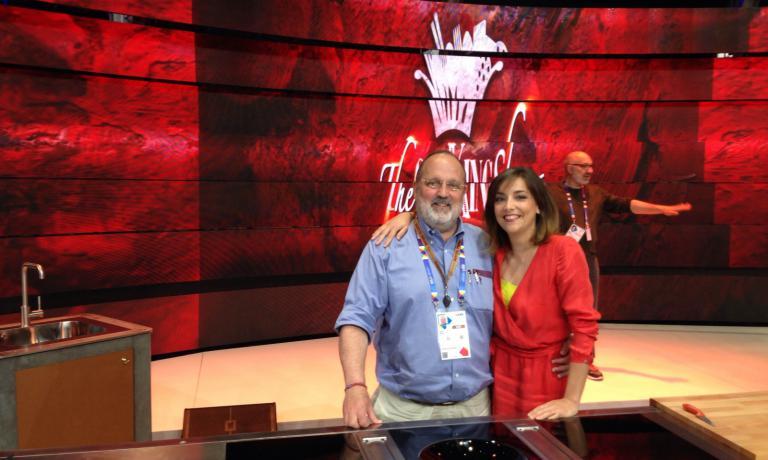 Paolo Marchi e Lisa Casali insieme nello studio di The CooKing Show. L'ideatore di Identità Golose sarà ospite del programma giovedì 14 maggio
