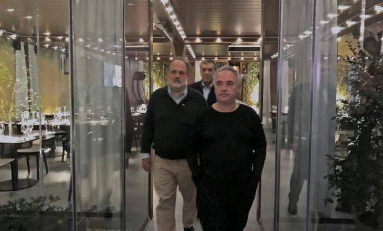 Ferran Adriàmentre visitaIdentità Golose Milanoin compagnia diPaolo MarchieClaudio Ceroni