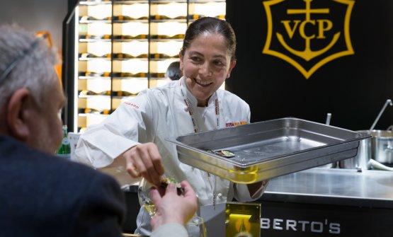 La cuoca campana del ristorantele Colonnedi Caserta distribuisce le sue cozze, da abbinare a La Grande Dame 2006