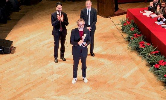 Massimo Bottura sul palco del Dal Verme, dietro di luiLamberto Bertolé e Beppe Sala, rispettivamente presidente del Consiglio Comunale di Milano e sindaco della città