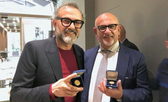 Massimo Bottura e Claudio Sadler a Identità Golose Milano con l'onoreficenza ricevuta dal Comune di Milano, il cosiddetto Ambrogino d'Oro