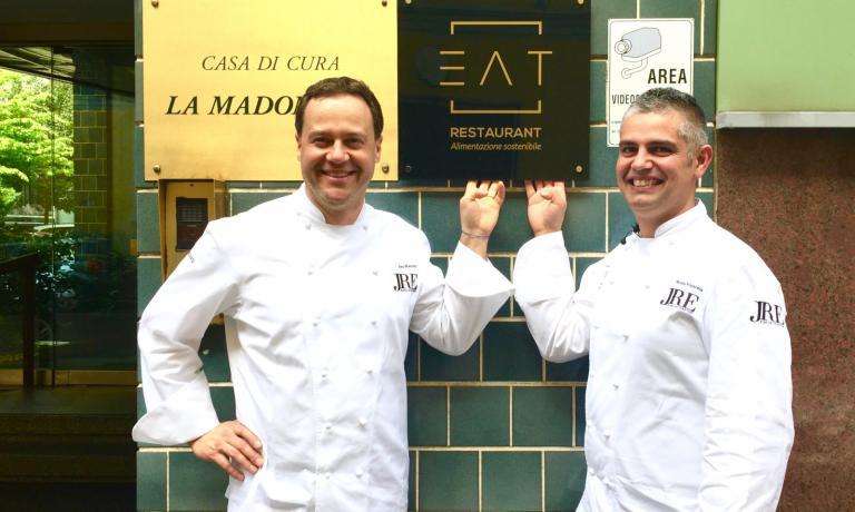 Il segretario Jre Luca Marchini con Nicola Fossaceca (a destra), lo chef Jre che sarà protagonista questo mese della cucina di Eat a La Madonnina. Oggi c'è stata la presentazione ufficiale (foto Carlo Passera)