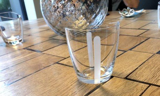 Particolare del tavolo del Tinellodel D'O: Davide Oldani pensa quasi a ogni dettaglio del design, dall'altezza del tavolo alle sedie mono-poggiolo