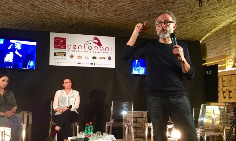 L'intervento di Massimo Bottura a Centomani di questa terra, ieri a Polesine Parmense. Con lui sul palco, ancheCaterina Fabbro, fundraiser dell'Antoniano Onlus, e Cristina Reni, che si occupa di Food for Soul