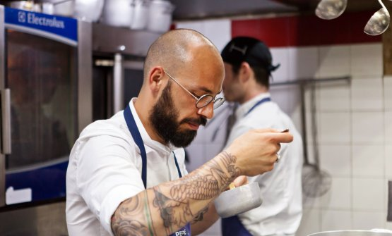 Lo chef Giuseppe Cannistrà nella cucina de I Banchi