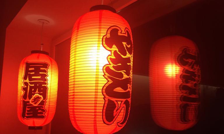 Le tipiche lanterne cinesi del Noodle Bar. Roncoroni ha appena chiuso il Taco Bar sui Navigli maprepara una nuova insegna di cucina messicanain un luogo più ridotto,versione street food