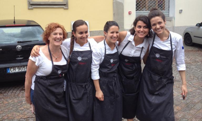 Il team di ragazze al lavoro ieri sera: Joanna Savill (giornalista australiana) con Zineb Hattab, Alessandra Bonati, Cristina Reni e Jessica Rosval, tutte dell'Osteria Francescana