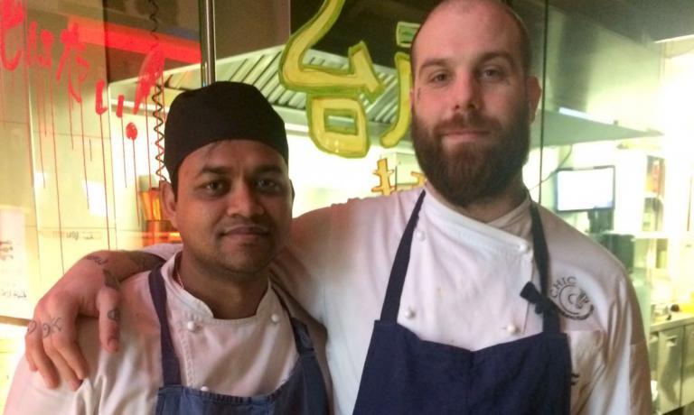"""Eugenio Roncoroni (a destra)conFaruk Aminur dal Bangladesh, sua spalla al Mercato Noodle Bar: """"Nell'interpretare i sapori dell'Asia, Farukè molto meglio di tutti gli italiani passati da noi"""""""