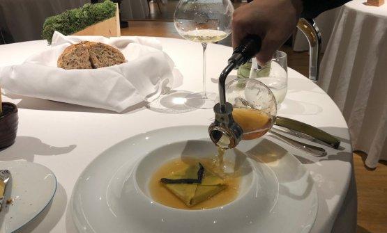 Lettera di pasta all'uovo, ragoût di piccione di Moncucco; piuma di fontina valdostana; consommé alle spezie