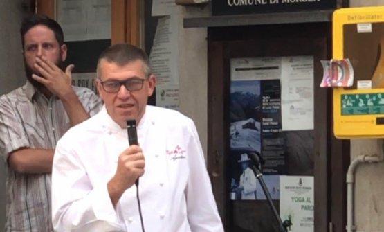 Agostino Buillasal microfono durante la giornata di festa
