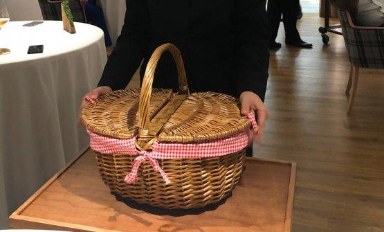 Il cestino che contiene il composito dessert di Paolo Griffa