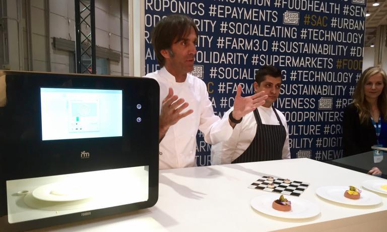 Davide Oldani, Alessandro Procopio e Lynette Kucsma, co-fondatrice e responsabile marketing di Natural Machines, la ditta spagnola che ha inventato Foodini