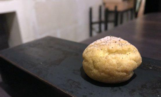 Bouchée con formaggio erborinato, crema di rucola, aceto e pepe nero. Delizioso
