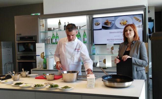 Nicola Fossaceca, chef del ristorante Al Metr� di San Salvo (Chieti), ieri con Eleonora Cozzella a lezione a Identit� Expo per il ciclo Identit� Expo. Oggetto della dimostrazione, un piatto che ci conduce dritti ai grandi sapori dell'estate adriatica (foto Chiara Nicolini)