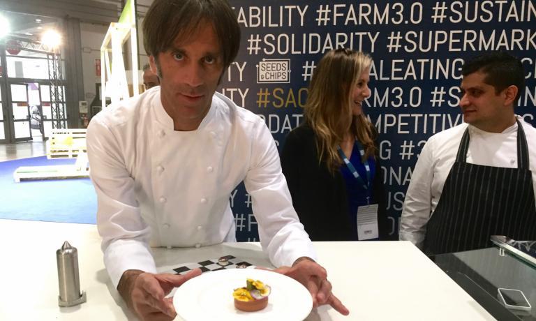 Davide Oldani mostra il risultato di un piatto...